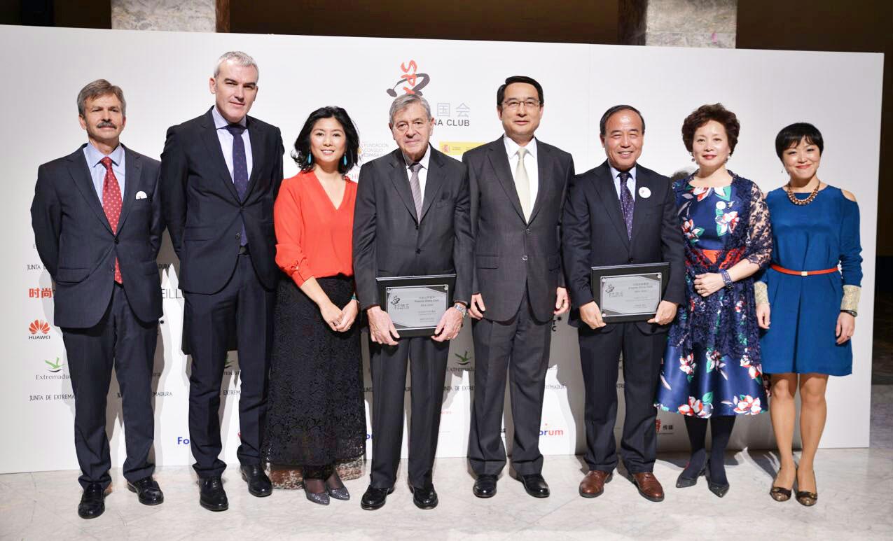 Lisa, el Embajador chino en España, y los galardonados de la VI edición de premios de China Club Spain