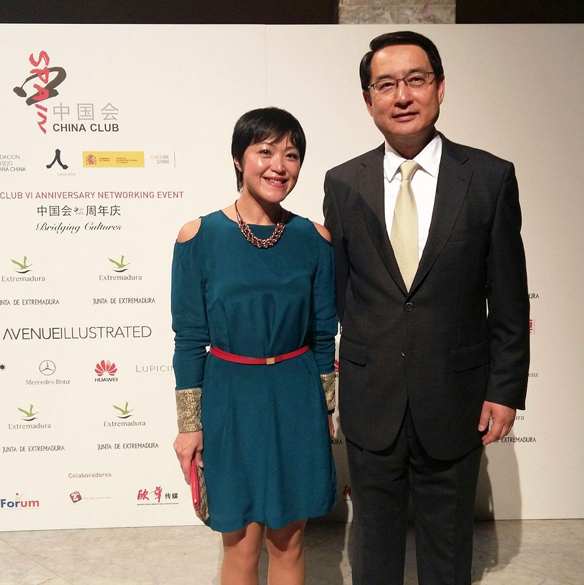 Lisa Wang con el Embajador chino en España