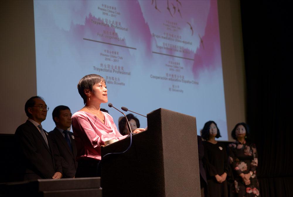 Un Año Más Presenta Lisa Wang, Vicepresidenta De China Club Spain, Los Premios Anuales Del Club En El Círculo De Bellas Artes De Madrid.