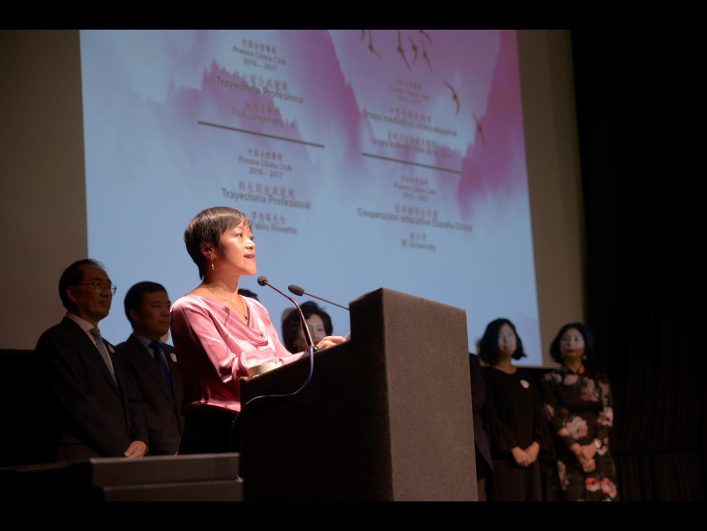 Lisa Wang presentando los premios de China Club Spain